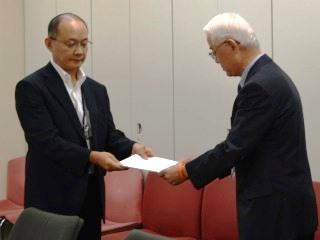 蒲原厚生労働省老健局長(左)に要望書を提出する、田部井副代表(右)。